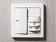 人などが動いたときの温度変化を検知して自動点灯・消灯するセンサ付スイッチを玄関に採用しました。夜の帰宅時など、暗くなりがちな玄関をスイッチ操作することなく点灯することができます。