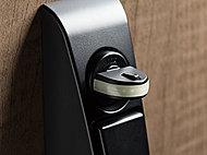 ボタンを押しながらでないと回せないサムターンを採用しました。工具を使用して不正解錠を行うサムターン回しの防止に効果を発揮します。