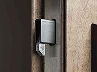 デッドボルトが鎌状になっており、ドアの隙間からバールなどを入れてこじ開ける犯罪手口の防止に効果を発揮します。