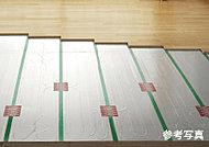 足元からぽかぽかとムラなくあたためる温水式床暖房を採用。ほこりを舞い上げないので空気を汚さず、乾燥しにくいのも特長です。