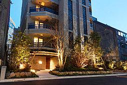 赤坂の高台に、居を愉しむ19邸。赤坂という土地に学んで創りあげた折り重なり、響き合う空間が、人の心を動かす。