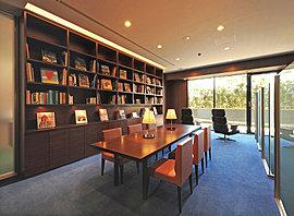 大きな木製の書棚で間仕切られたライブラリー。シンプルで落ち着いた空間は、個のためのもの。読書や調べものなどにご利用いただけます。わが家とは違ったくつろぎの中、静かな時をお楽しみください。