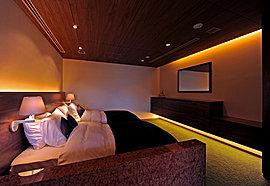 お客様に安心してお泊りいただける快適なゲストルームは洋室タイプ・和室タイプと2種ご用意しました。デザインはいずれもインテリアデザイナー内田繁によるもの。大切なお客様に満ち足りた時を提供します。