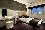 大きなゆとりを、洗練された佇まいとともに実現した洋室。機能的な収納空間で使いやすさを高めた空間は、ご夫婦がリラックスできる寝室として、ご家族のライフプランにしなやかに応えます。