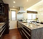 明るく開放感あふれるキッチンは、リビング・ダイニングとの一体感や家事動線を重視した設計。家族とおしゃべりしながら料理をしたり、忙しい朝のキッチンワークをスムーズにしたり、毎日の快適な暮らしをサポートします。