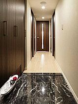 わが家で過ごす充実した時間を予感させるように、気品と重厚感をデザインした玄関。床には高級感のある天然大理石を敷き詰め、住まいの顔にふさわしい表情を演出。