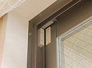 各住戸の玄関扉、一部住戸の開口部に防犯センサーを設置しました。