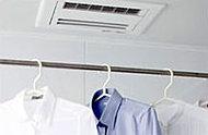 暖房・涼風機能を備えた浴室乾燥機を標準装備。雨の日が続いた時や、洗濯ものが多くて間に合わないときの衣類の乾燥に活躍。