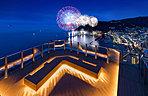 屋上のスカイデッキより1年を通じ開催される「熱海海上花火大会」を望む