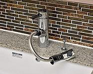 片手で水温・水量が簡単に調節できます。水栓を引き出せるため、洗面ボウルを洗浄する際に便利です。