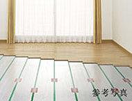部屋全体を足元から暖めるTES温水式床暖房。空間をゆっくりと暖め、埃の巻き上げもないなど、身体にやさしく快適な環境をお届けします。