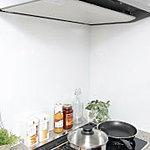 壁面にはホーロー製のキッチンパネルを採用しました。水分・油を吸収しにくいため、油汚れも楽に処理することができます。