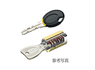 防犯性に優れ、ピッキング対策として有効。また、センサーにかざすだけで、エントランスのオートロックを解錠することが可能なノンタッチ機能付。