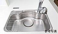 大きな調理器具の後片付けや、たくさんの素材洗いが楽々できるシンク。小物の整理に便利なポケットに加え、水切りプレートも標準装備。