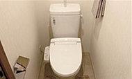 温水洗浄をはじめ、暖房便座を備えた多機能なシャワートイレを採用しています。