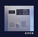 来訪者の姿を住戸内モニターで確認後、遠隔操作でエントランスドアを解錠できるシステムを採用。
