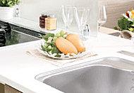 落ち着いた雰囲気の人造大理石のカウンターがキッチンをグレードアップ。キズがつきにくくお手入れも簡単です。