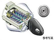 複製が困難で耐ピッキング性の高いシリンダーキー。約5兆5000億通りの錠違いが安心と安全をお届けいたします。