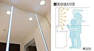 大きなミラーの間に、明るく長寿命のLED照明を設置。影をつくらず、光が顔全体に当たるので、メイクも快適にできます。