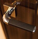 各居室の扉には革付きレバーハンドルを採用。見た目に上品で、革の質感が手にグリップする感触も心地よい仕様です。