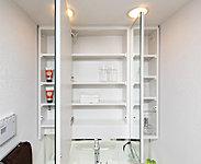洗面化粧台には見やすい三面鏡と、洗面小物の収納に便利な三面鏡裏収納スペースを設置しています。