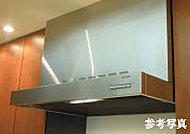 ガスレンジの上部に大型レンジフードを設置。料理の匂いが部屋にこもるのを防ぎます。料理の仕上がり具合がよくわかる照明付き。
