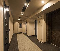 ホテルライクな内廊下は雰囲気の演出だけでなく、外部からの視線を遮りプライバシー性を高めます。