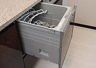 家事効率を上げる、ビルトイン式の食器洗浄乾燥機を全戸標準装備しています。美しさと機能性を兼ね備えた便利な設備です。