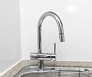 三菱レイヨン・クリンスイ社製のハンドシャワー水栓。シャワーノズルを引き出せるのでシンクの隅々まで洗い流せます。