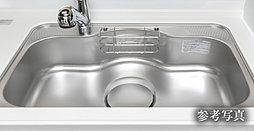 優れた耐久性に加えフラットな表面でお手入れも簡単なグリル付きホーロートップコンロ。3口全てに温度センサーを搭載、グリル機能も充実しています。