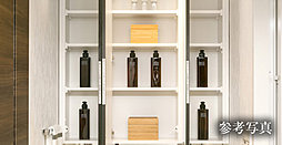 鏡裏や洗面台の下部には便利な収納スペースがあり小物類をスマートに収納できます。