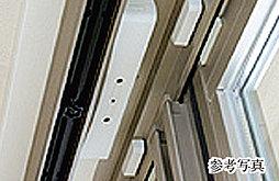 1階住戸の一部のサッシには防犯センサーを設置。不審者の侵入を防ぐセキュリティシステムです。