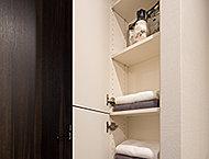タオルや衛生用品など、スッキリと片付くリネン庫を洗面室に設置。