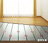 空気や肌の乾燥を防ぎ、足元から部屋全体をやわらかく暖める床暖房。ハウスダストを巻き上げにくくなっております。※リビング・ダイニングに敷設