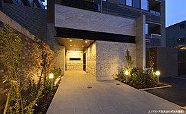 共用廊下は、外部からの視線を気にすることなく、共用部を移動することができるホテルライクな内廊下を採用。暮らしの安心に配慮したプライベートレジデンスです。