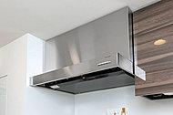 すきま風現象を利用した整流 板の効果により、吸引力に優れ、料理の匂いを部屋にこもりにくくします。