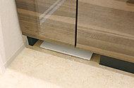 洗面化粧台下部にヘルスメーターがすっきり収納できるスペースを設けました。