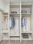 デザイン性と機能性を高めたシステム収納。 衣類・小物をすっきり収納できます。※一部タイプを除く