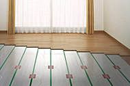 床面からのふく射熱でお部屋を暖 める風のない暖房方式。埃や塵も巻 きあげにくく、快適で衛生的です。