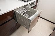 家事効率を上げる、ビルトイン式の食器洗浄乾燥機を全戸標準装備しています。