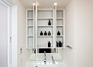 三面鏡裏や洗面台の下部には豊富な収納スペースをご用意しました。