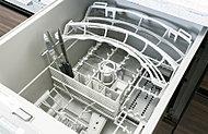 食器カゴの下カゴに、食器をセットする位置を誘導するポジションを採用した、新開発の食器カゴとなっています。