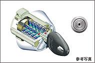 複製が困難で耐ピッキング性の高いシリンダーキー。約5兆5,000億通りの錠違いが安心と安全をお届けいたします。