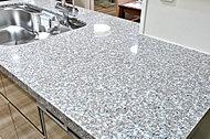 カウンタートップに天然御影石を採用。デザイン性に優れ、自然が生み出した模様がキッチンを引き立てます。
