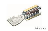 複製が困難でピッキング等の不正解錠を防ぐディンプルキーを採用。また上下2箇所を施錠することで不正侵入を困難にしてくれるダブルロックを採用。