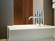 正面に鏡を設置した手洗いカウンターは、白いボウルとシルバーの水栓でさわやかさを引き立てます。