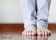 お部屋の空気が乾燥しにくく、のどや肌に負担が少なく、足元からあたたまり、冷え性や腰痛の方にもやさしい暖房です。