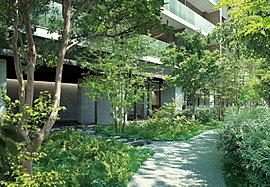 「歩く」を愉しむ、緑の小径を敷地内に。英国では、森林や街並みなど昔からあるありのままの風景を楽しみながら歩くフットパスが、旧くから整備されています。この思想をマンションにも採り入れ、敷地内に樹木で覆われた散歩道を整備しました。