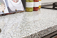 カウンタートップには格調高い天然の御影石を採用。リビングとも美しく調和して、洗練されたキッチン空間を演出します。