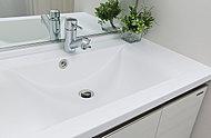 洗面カウンターは天板とボウルの継ぎ目がない一体型仕様で、美観に優れお手入れがしやすいデザインです。